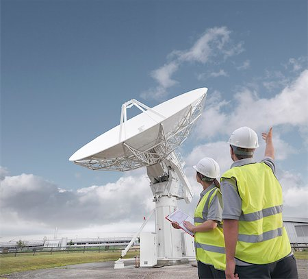 radio telescope - Workers with satellite dish Stock Photo - Premium Royalty-Free, Code: 649-03622491