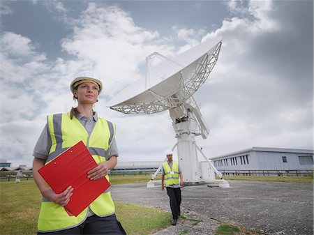 radio telescope - Workers with satellite dish Stock Photo - Premium Royalty-Free, Code: 649-03622493