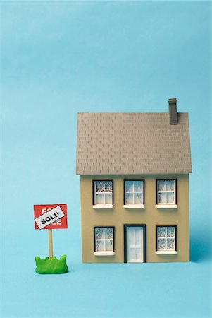 Model house with sold sign outside Stock Photo - Premium Royalty-Free, Code: 649-03817998