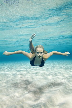 Portrait of a teenage girl swimming underwater Stock Photo - Premium Royalty-Free, Code: 640-01357677