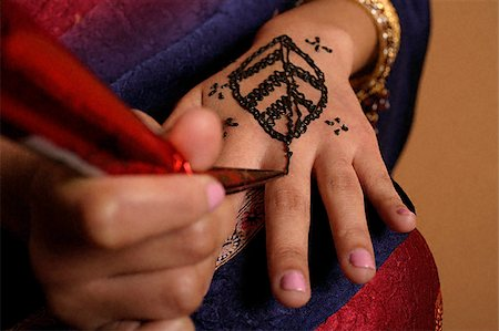 singapore traditional costume lady - hands of Indian woman applying henna Stock Photo - Premium Royalty-Free, Code: 655-02375844