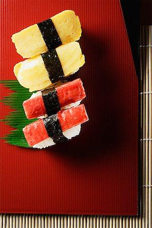 4 pieces of sushi, kanikama and tamago nigiri Stock Photo - Premium Royalty-Free, Code: 656-01765444