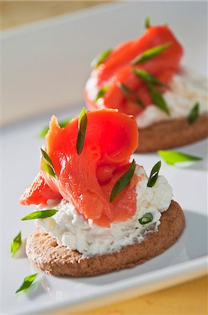 smoked - Smoked salmon with cream cheese and chives on a cracker Stock Photo - Premium Royalty-Free, Code: 659-06154226