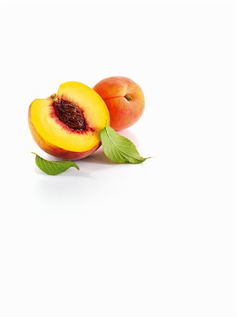 Half a peach and apricots with leaves Stock Photo - Premium Royalty-Free, Code: 659-06154307