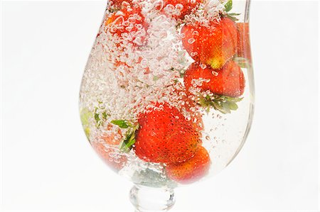 Strawberries in a glass of water Stock Photo - Premium Royalty-Free, Code: 659-06155527