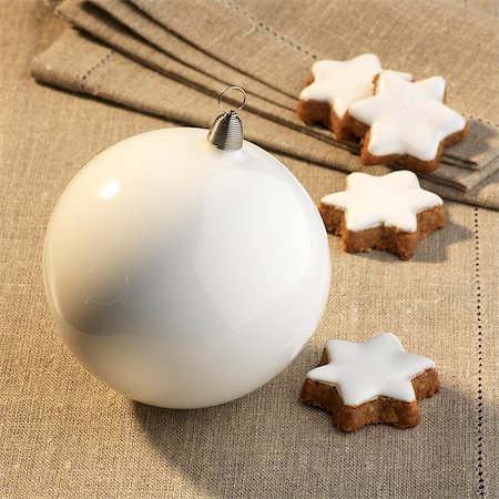 Cinnamon stars and white a Christmas bauble Stock Photo - Premium Royalty-Free, Code: 659-06152008