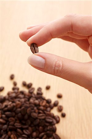 fingers holding - Fingers holding a coffee bean Stock Photo - Premium Royalty-Free, Code: 659-06153376