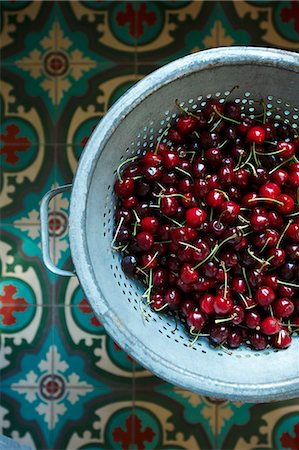 Bing Cherries with Stems in a Colander; From Above Stock Photo - Premium Royalty-Free, Code: 659-06153893