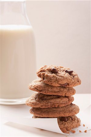 Chocolate chip cookies and a glass of milk Stock Photo - Premium Royalty-Free, Code: 659-06186307