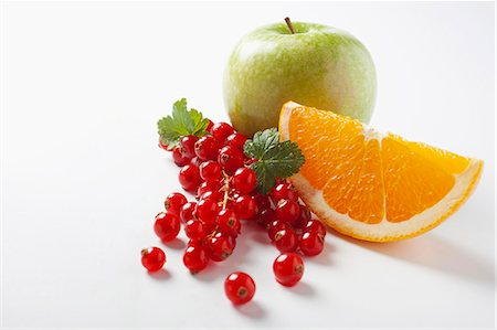 Redcurrants, an orange wedge and an apple Stock Photo - Premium Royalty-Free, Code: 659-06186914