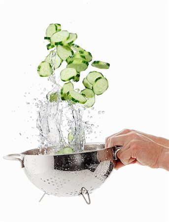 Cucumber slices being washed in a sieve Stock Photo - Premium Royalty-Free, Code: 659-06187106