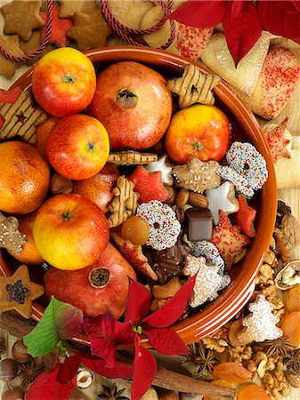 A Christmas arrangement of biscuits and fruit Stock Photo - Premium Royalty-Free, Code: 659-06188354