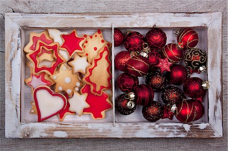 Christmas cookies and Christmas tree ball ornaments in a wooden frame Stock Photo - Premium Royalty-Free, Code: 659-06306382