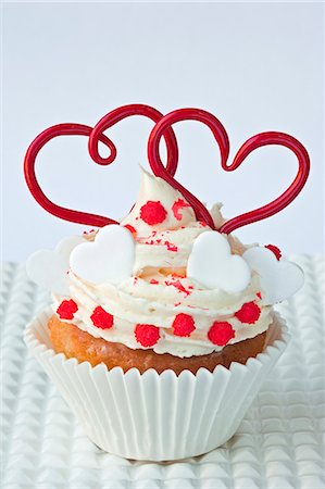 A cupcake decorated with hearts for Valentine's Day Stock Photo - Premium Royalty-Free, Code: 659-06372495