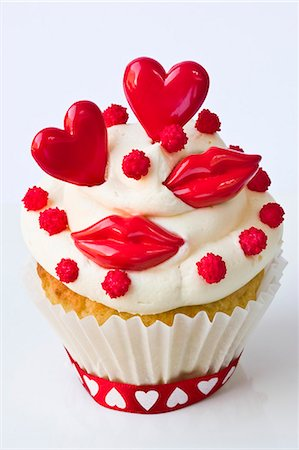 A cupcake decorated with red lips and hearts for Valentine's Day Stock Photo - Premium Royalty-Free, Code: 659-06372496