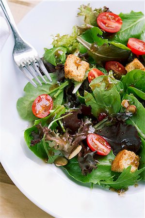 salad - Spinach and Mixed Green Salad with Croutons and Tomatoes Stock Photo - Premium Royalty-Free, Code: 659-06373263