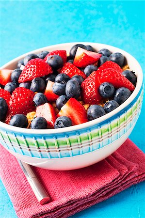 A bowl of strawberries, blueberries and muesli Stock Photo - Premium Royalty-Free, Code: 659-06373390