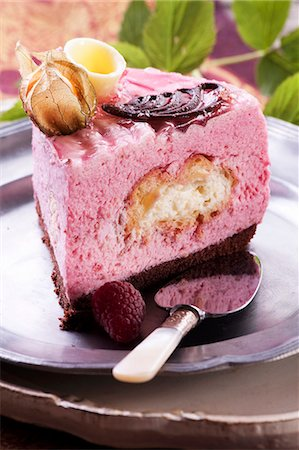puff - Raspberry tart filled with a profiterole Stock Photo - Premium Royalty-Free, Code: 659-06373648