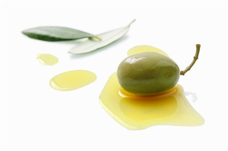 An olive in a pool of olive oil Stock Photo - Premium Royalty-Free, Code: 659-06373716
