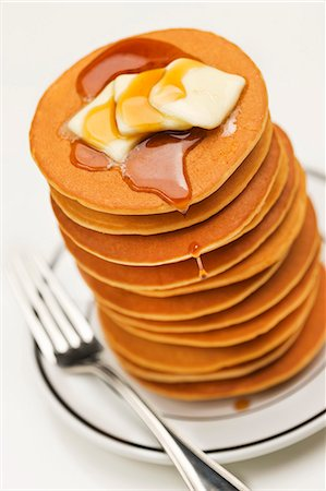 Tall Stack of Pancakes with Butter and Maple Syrup Stock Photo - Premium Royalty-Free, Code: 659-06373812
