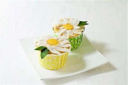 rectangle - Vegan Gluten Free Vanilla Cupcakes with Frosting Flower Stock Photo - Premium Royalty-Free, Code: 659-06494449
