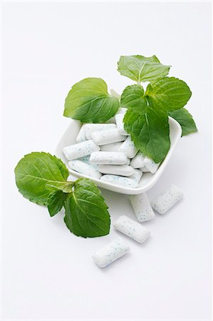 Mini chewing gum and fresh mint Stock Photo - Premium Royalty-Free, Code: 659-06494896
