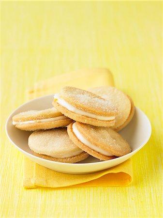 Cream-filled lemon biscuits Stock Photo - Premium Royalty-Free, Code: 659-06495321