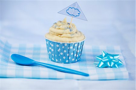 A vanilla cupcake Stock Photo - Premium Royalty-Free, Code: 659-06495450