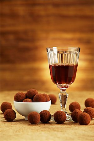 Chocolate truffles and a glass of port wine Stock Photo - Premium Royalty-Free, Code: 659-06495490