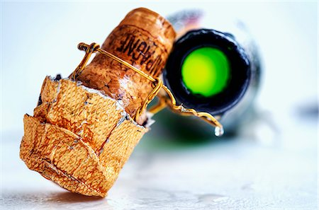 A champagne cork and an open bottle of champagne Stock Photo - Premium Royalty-Free, Code: 659-06495678