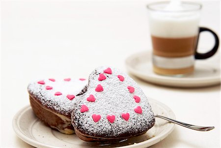 Small heart-shaped marble cakes with icing sugar and sugar hearts Stock Photo - Premium Royalty-Free, Code: 659-06495701