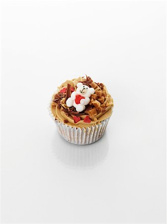 A cupcake decorated with caramel, a teddy bear and a heart Stock Photo - Premium Royalty-Free, Code: 659-06493807