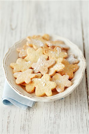 sugar - Flower-shaped biscuits dusted with icing sugar Stock Photo - Premium Royalty-Free, Code: 659-06671115