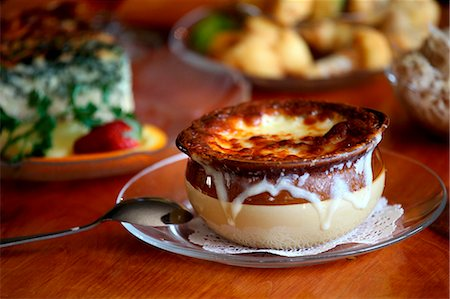 recipe - Bowl of French Onion Soup on a Glass Plate Stock Photo - Premium Royalty-Free, Code: 659-06671191