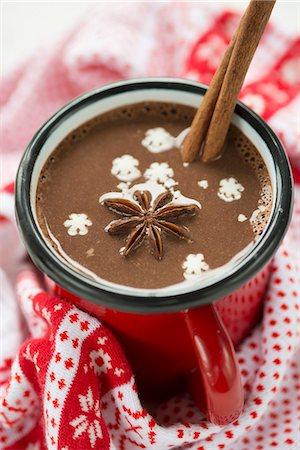 spicy - A cup of hot chocolate with star anise, a cinnamon stick and snow flakes Stock Photo - Premium Royalty-Free, Code: 659-06671259