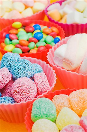 An assortment of sweets: jelly sweets, chocolate beans and marshmallows in colourful plastic bowls Stock Photo - Premium Royalty-Free, Code: 659-06671390