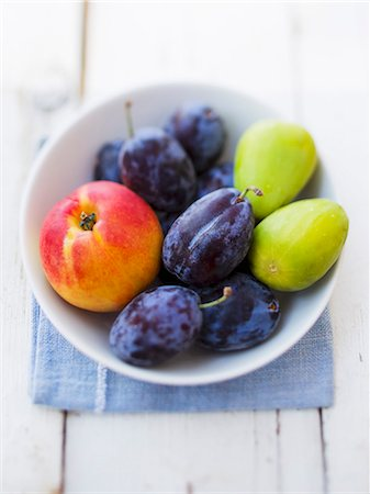 Plums, nectarines and figs in a bowl Stock Photo - Premium Royalty-Free, Code: 659-06671707