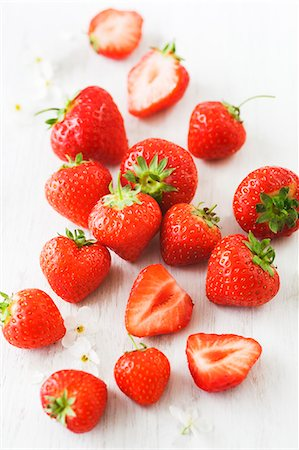strawberries - Strawberries, whole and halved Stock Photo - Premium Royalty-Free, Code: 659-06900873