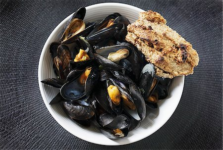portuguese (places and things) - Steamed mussels with bread (Portugal) Stock Photo - Premium Royalty-Free, Code: 659-06901264