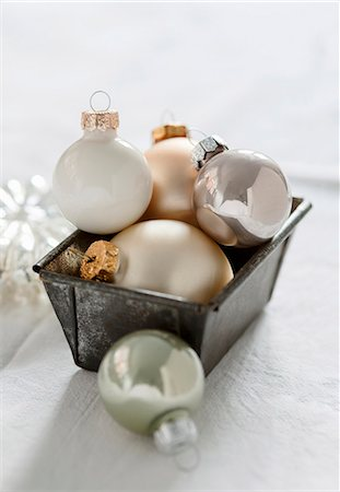 White, gold and silver Christmas tree baubles in a loaf tin Stock Photo - Premium Royalty-Free, Code: 659-06902055