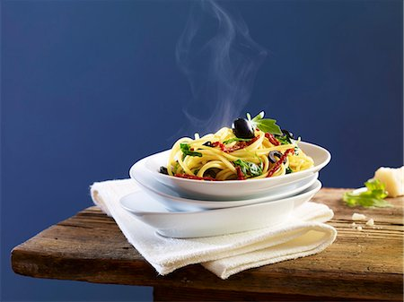 recipe - Spaghetti with dried tomatoes, olives and basil Stock Photo - Premium Royalty-Free, Code: 659-06902360