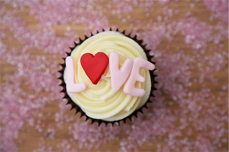 dyed - Chocolate cupcake with 'love' written on it Stock Photo - Premium Royalty-Free, Code: 659-06902519