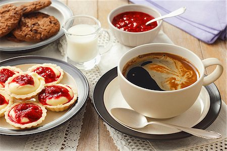 spicy - Coffee and mini tartlets with vanilla mousse and fruit sauce Stock Photo - Premium Royalty-Free, Code: 659-06902766