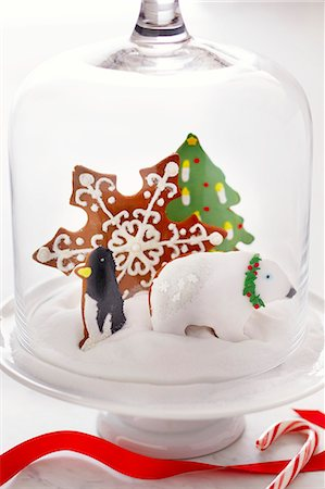 "decoration - Christmas Cookies in ""Snow"" Under a Glass Dome Lid Stock Photo - Premium Royalty-Free, Code: 659-06902885"
