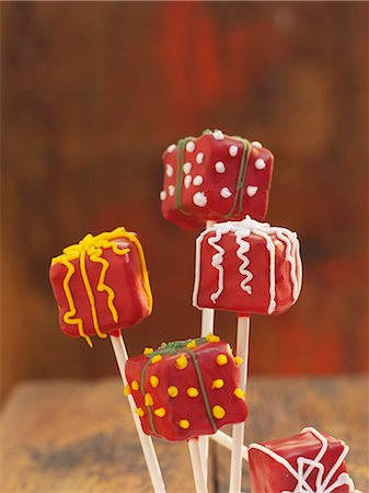 picture of a red lollipop - Cake pops decorated to look like wrapped presents Stock Photo - Premium Royalty-Free, Code: 659-06903484