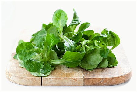 Lamb's lettuce on a wooden board Stock Photo - Premium Royalty-Free, Code: 659-06903555