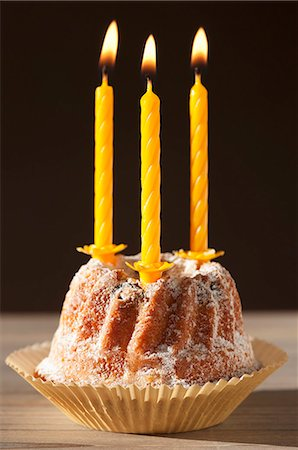 picture - A Bundt cake with lit candles, for a birthday Stock Photo - Premium Royalty-Free, Code: 659-06903646