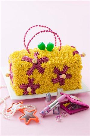 A child's birthday cake (a handbag with a flower design) Stock Photo - Premium Royalty-Free, Code: 659-06903698