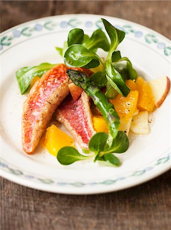 recipe - Red mullet with lamb's lettuce, asparagus and orange and apple pieces Stock Photo - Premium Royalty-Free, Code: 659-06903763