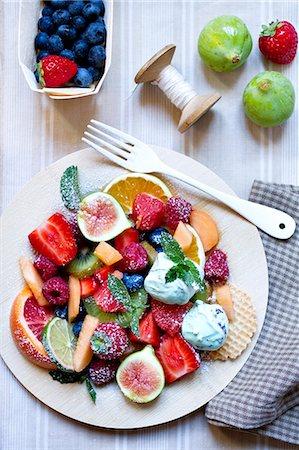 dessert - A large fruit salad with mint ice cream Stock Photo - Premium Royalty-Free, Code: 659-06903796